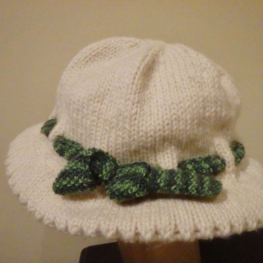 Handknitted Cloche Hat (ecru)